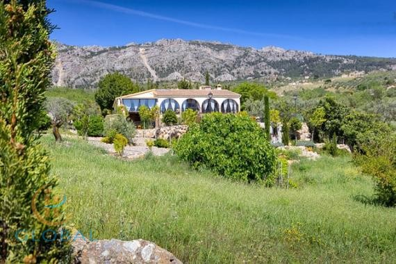 7-bedroom Rural accommodation in the oasis of tranquility 45 minutes from the beach