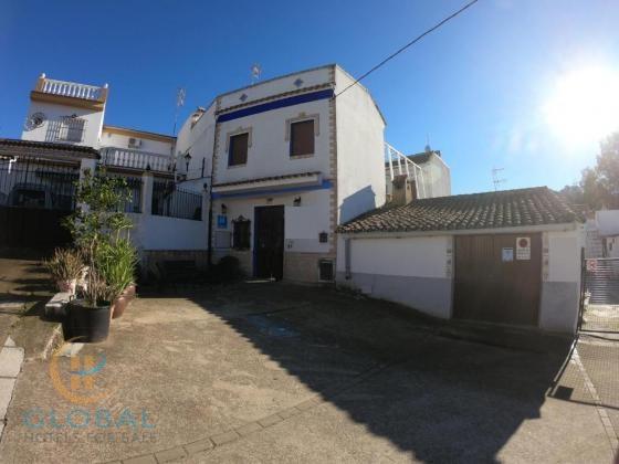 Functional 11-room hostel near Seville