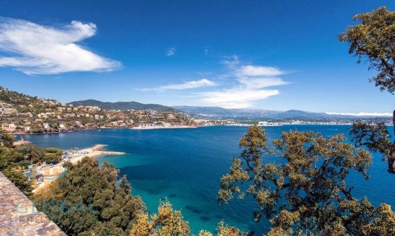 Aparthotel with great sea view at the Cote Azur for renovation
