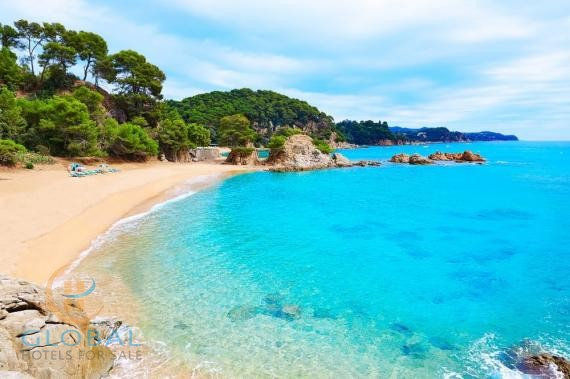 4 * Hotel 750m from the beach in the province of Girona ( Lloret de Mar)
