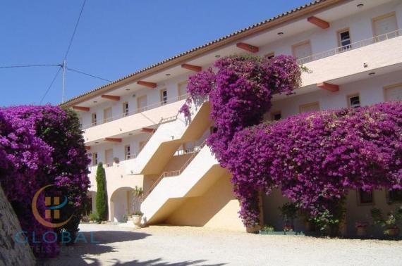 2 * Hotel 2km from the beach with pool and restaurant